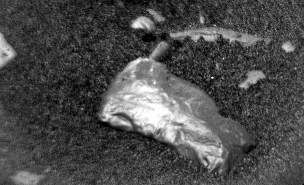 Kiiltävä kimpale Marsin pinnalla saattaa olla meteoriitti.
