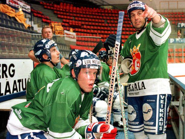 Ville Peltonen ja Saku Koivu kuuntelevat vanhempaa leijonaa Hannu Virtaa vuonna 1996.
