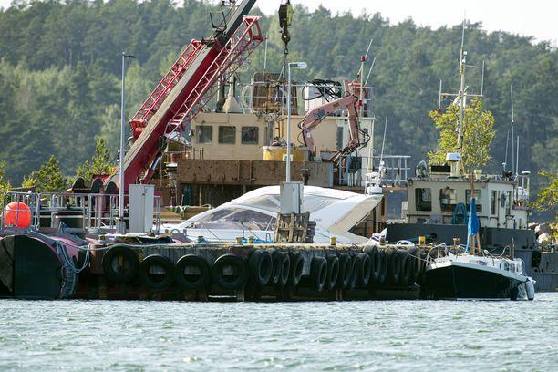 Lauantaisen Airiston veneonnettomuuden osalliset veneet Pärnäisten laiturissa sunnuntai-iltapäivällä.