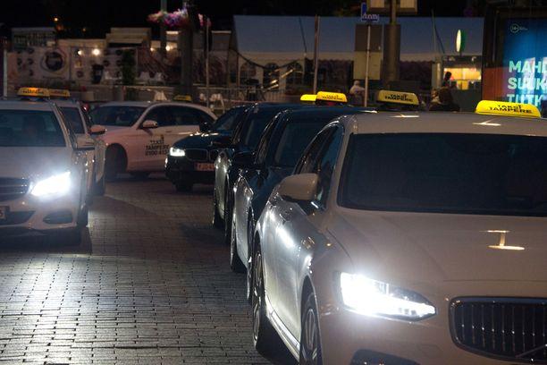 Uusi ja vapaa taksilaki antaa mahdollisuudet törkyhinnoille, kun kysyntä ylittää tarjonnan. Tätä mieltä on välitysyhtiö Lähitaksi. Arkistokuva.