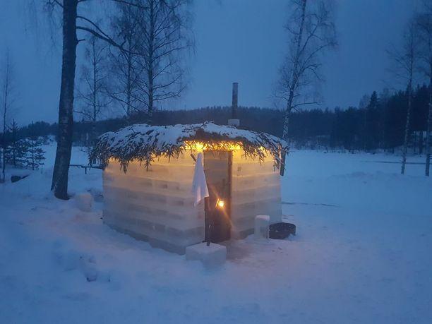Jääsauna on rakennettu nelikulmion muotoisista jääkimpaleista.