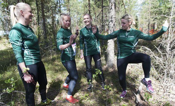 Niina Mänttäri (vas.), Tuulikki Saari, Sanna Pihlajaniemi ja Laura Miettunen lähtevät Venlojen viestiin 24 tunnin harjoittelulla.