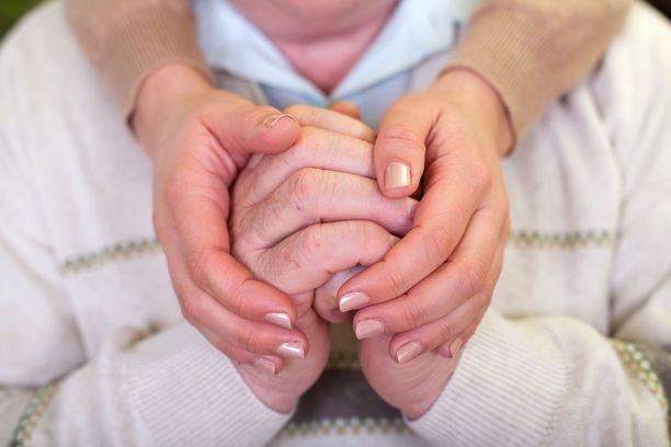 Alzheimerin taudille on ominaista lähimuistin heikentyminen ja uusien asioiden oppimisen vaikeus.