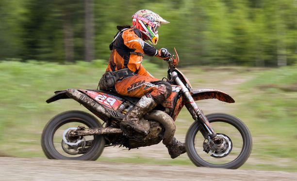 Kosti ihmettelee, miksi hänen 13-vuotiaan poikansa motocross-harrastuksen vakuutus pomppasi kymmenkertaiseksi. Kuvituskuva.