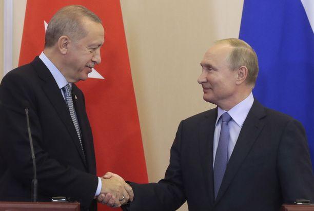 Putin hymyili niin maireasti kuin pystyi ja Erdogan niin hyvin kuin osasi miesten paiskatessa tiistaina Venäjällä kättä päälle Koillis-Syyrian kohtalosta.