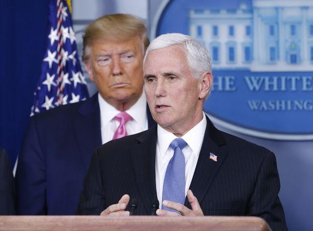Mike Pence ja Donald Trump esittelivät torstain vastaisena yönä Suomen aikaa Yhdysvaltojen varautumista koronaviruksen leviämiseen.