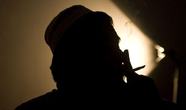 HUIJAUS Tuntematon afgaani piti liittouman neuvottelijoita pilkkanaan Afganistanissa. Kuvan mies ei liity tapaukseen.