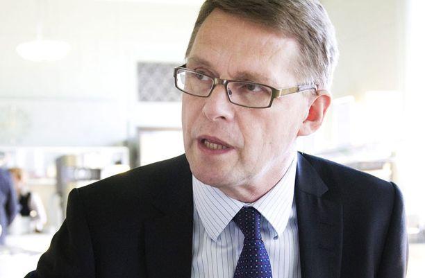 Perheyritysten liiton toimitusjohtajana Matti Vanhasen kuukausiansiot liikkuvat 16 000 euron tietämillä. Pääministerinä Vanhanen nosti noin 13 000 euron kuukausipalkkaa.