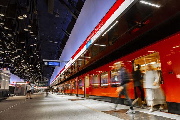 Helsingin metrossa oli maanantaina poliisitoimintaa. Kuvituskuva Lauttasaaren asemalta kaupungin länsipuolelta.