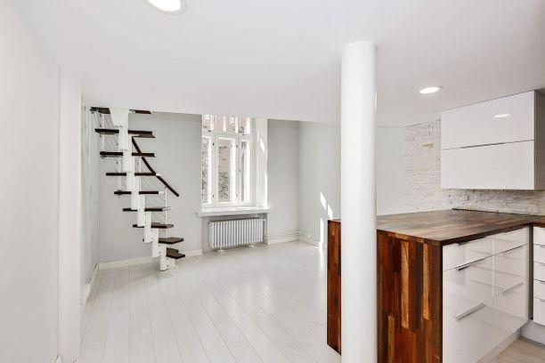 Tässä Helsingissä sijaitsevassa yksiössä on vain 21 neliötä. Uskoisitko? 11 neliön parvi tuo pieneen yksiöön rutkasti lisää tilaa.