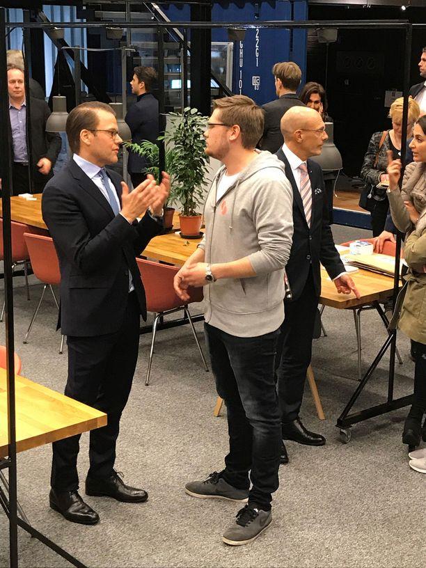 Prinssi Daniel uppoutui hyväksi toviksi keskusteluun Kasper Suomalaisen kanssa.