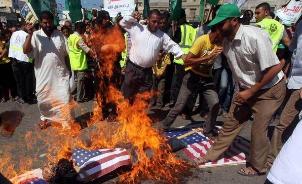 Sudanissa tuhannet mielenosoittajat ovat hyökänneet Saksan, Britannian ja Yhdysvaltain lähetystöjä vastaan.