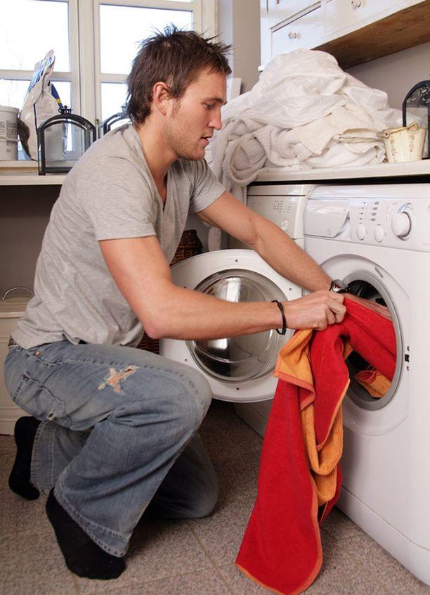 Miehen kannattaa osallistua kotitöihin pitääkseen avioliittonsa kasassa.