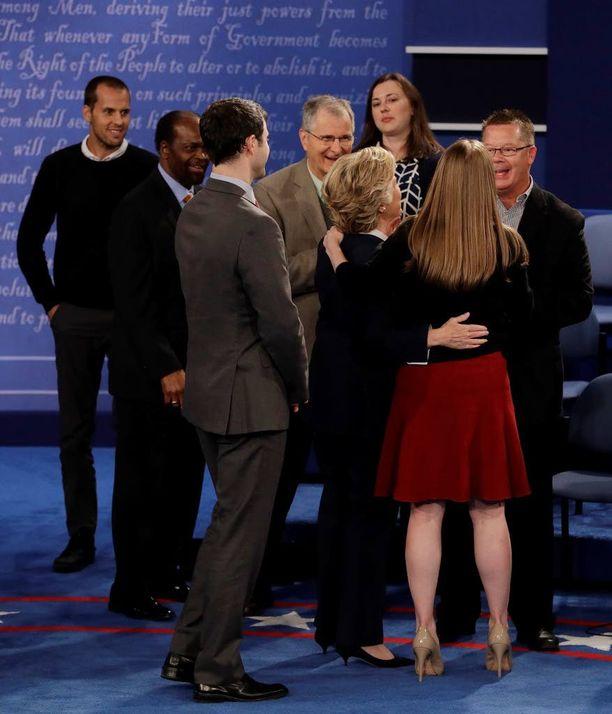 Clinton halasi tytärtään Chelseaa ja jäi juttelemaan yleisön kanssa.