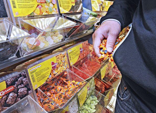 K-Supermarket Laajasalon kauppias Hannu Roine (alla) kyllästyi nuorten huonoon käytökseen.