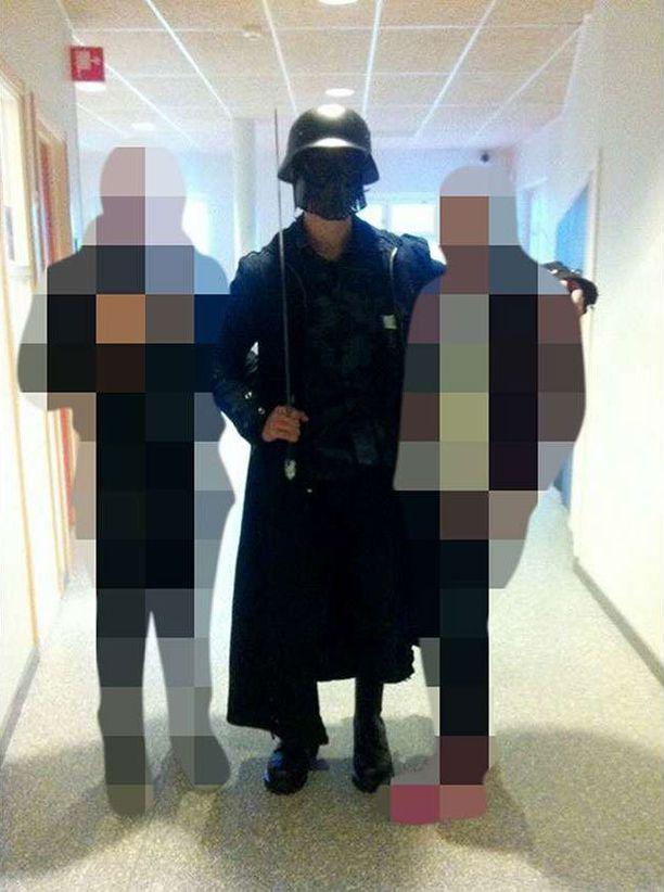 Kuva miekkamiehestä julkaistiin Dagens Nyheterissä ja Aftonbladetissa.