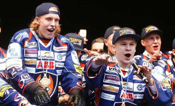 Patrik Laine (vas.) ja Jan-Mikael Järvinen voittivat Tapparassa SM-kultaa 2016.
