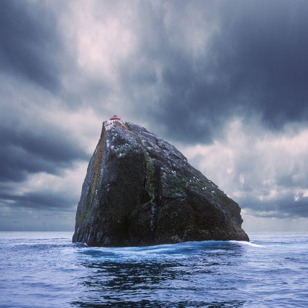 Rockall on 50 miljoonaa vuotta sitten purkautuneen tulivuoren jäännös. Saari on suurelta osin linnun ulosteiden peitossa.