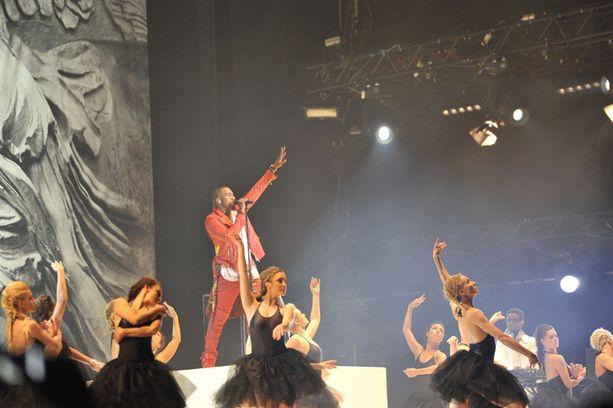 Kanye West saapui lavalle tusinan tanssitytön kanssa.