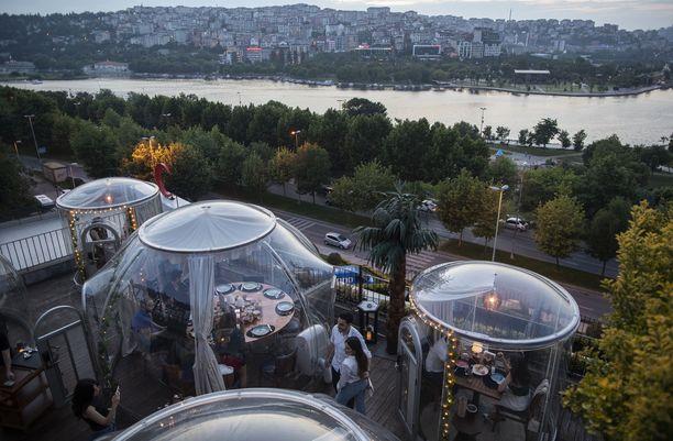 Ravintolassa on yhteensä kahdeksan kupolia, joiden sisällä asiakkaat ovat ravintolan omistajan mukaan turvassa koronalta.