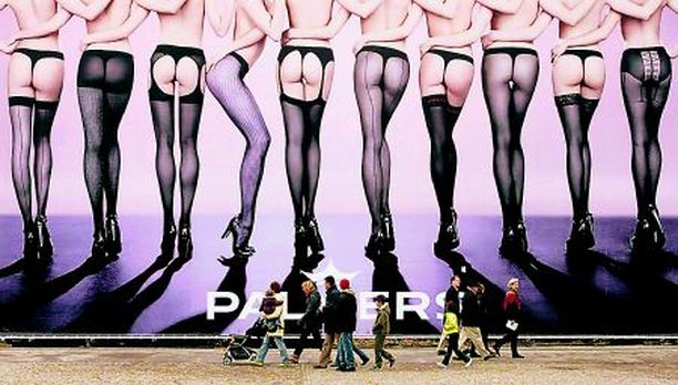 PIKKUJOULUIHIN Juhlakausi lähestyy ja sen mukana sukkahousuongelma. Tässä muutama berliiniläisvinkki pikkumustan alle puettavaksi.