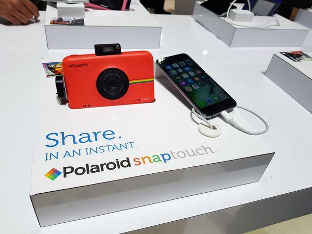 Polaroid esitteli osastollaan myös Snap Touch -kameraansa.