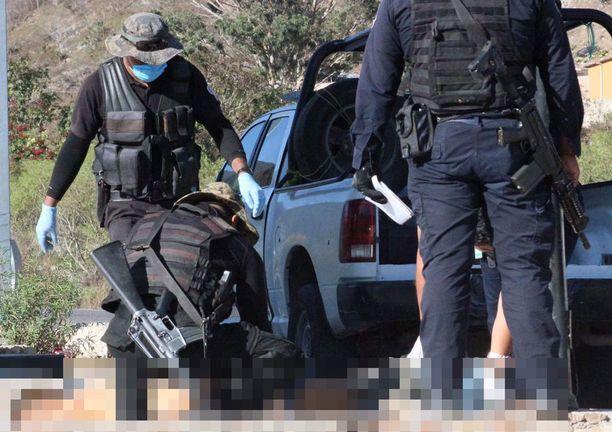Poliisit tutkivat tammikuussa 2017 paikkaa, josta neljä miestä löytyi ammuttuna tien viereltä.