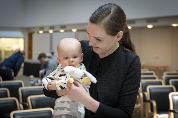 Vuoden 2019 äitiyspakkauksen luontoteema saa Olga Gassenilta kehuja. Sylissä poseeraa Matilda-tytär.