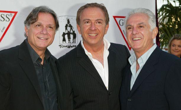 Paul Marciano on kuvassa keskellä. Kuvassa myös Maurice ja Armand Marciano.