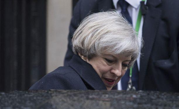 Pääministeri Theresa Mayn mukaan Britannia ei aio muuttaa arviotaan terrori-iskujen uhkatasosta.