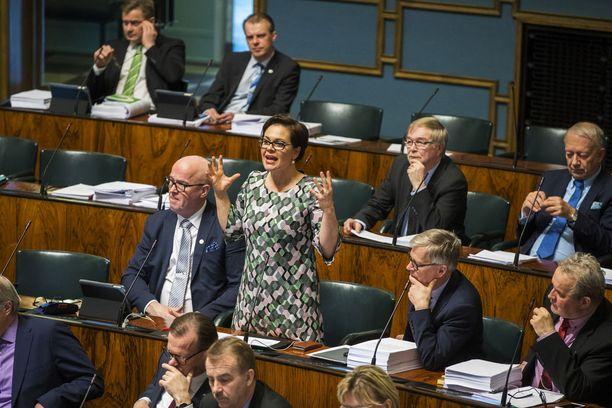 Keskustan kansanedustajan Hannakaisa Heikkisen käytös eduskunnan sosiaali- ja terveysvaliokunnassa ihmetyttää valiokunnan muita jäseniä. Osa heistä syyttää Heikkistä työpaikkakiusaamisesta, ja kollegat pitivätkin hänelle puhuttelun viime torstaina.