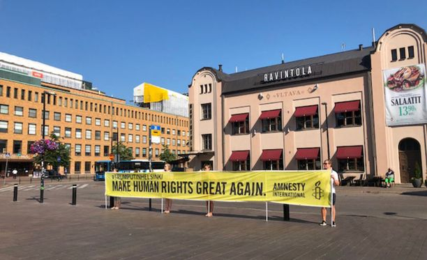 Amnestyn mielenosoittajat olivat Elielinaukiolla maanantaina hyvin varhain aamulla.