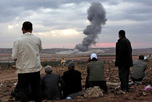 Pakolaiset seurasivat liittouman ilmaiskuja Turkin puolelta. Kuva viime lokakuulta.
