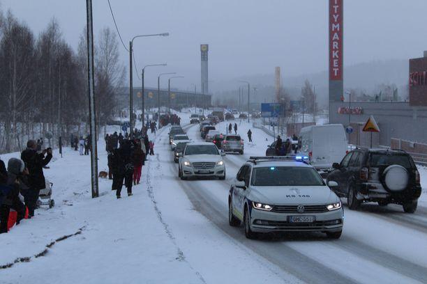 Ihmisiä oli saapunut hautajaissaattueen varrelle jättämään jäähyväiset mäkikotkalle.