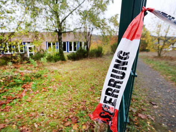 Poliisi on eristänyt metsikköalueen koulun lähellä Wendenissä.