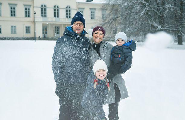 Prinssi Daniel, kruununprinsessa Victoria, prinssi Gabriel ja prinsessa Estelle nauttivat iloisina talvisäästä.