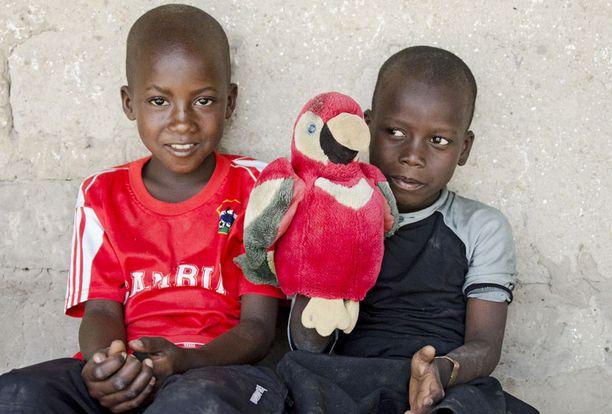 Anneli on ottanut Gambiasta kummipojan, jonka opinnot hän on päättänyt maksaa niin kauan kuin pojalla päätä riittää.