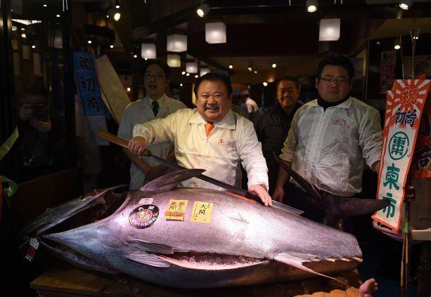 Kiyoshi Kiyomura poseerasi ostamansa tonnikalan kanssa Tokiossa torstaina.