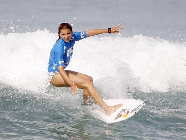 Maya Gabeira sai torstaina nimiinsä Guinnesin maailmanennätyksen, joka syntyi helmikuussa. Kuva vuodelta 2011.
