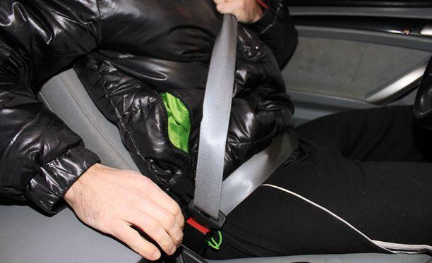 Talvella paksut vaatteet heikentävät turvavyön tehoa. Parasta olisi ottaa toppatakki kokonaan pois, mutta ainakin vyö pitää kiristää kunnolla.