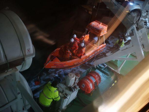 Baltic Princessin pelastusveneet laskettiin etsintöjä varten.