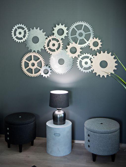 Kohde 7: Ecohelmi. Sisustussuunnittelija Linda Baki suunnitteli nuoren sinkkumiehen kotiin rataspyörien mallisen kollaasitaulun seinälle. Kodissa ei myöskään ole yhtään valkeaa seinää.