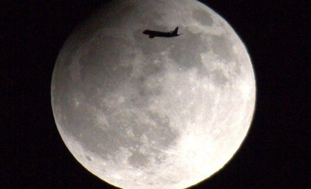 Kuunpimennystä seurannut kuukuvaaja onnistui sattumalta nappaaman kuvan kuusta juuri lentokoneen osuessa sen kohdalle Helsingissä vuonna 2013