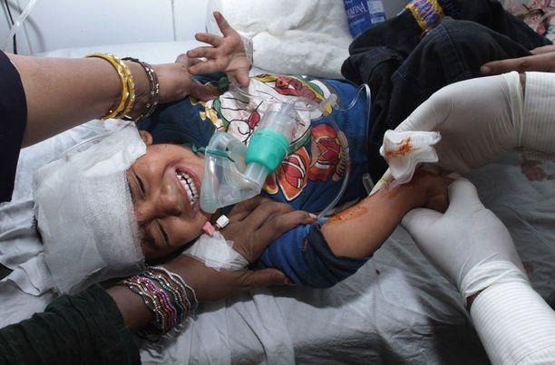 Haavoittunutta lasta hoidettiin sairaalassa Lahoressa. Pommi-iskussa kuoli ainakin seitsemän lasta.