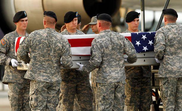 Kuvassa sotilaat ottavat vastaan Afganistanissa kuolleen toverin.
