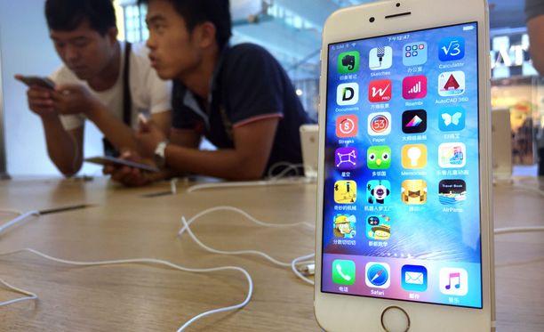 Applen kauppa Kiinassa. Apple asettaa sovelluskehittäjille Androidia tiukemmat ehdot maksuliikenteelle.