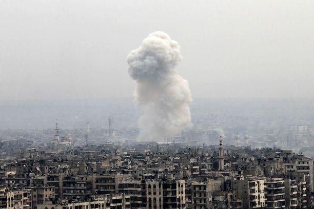 Ilmaisku nosti savupilven Aleppossa maanantaina.