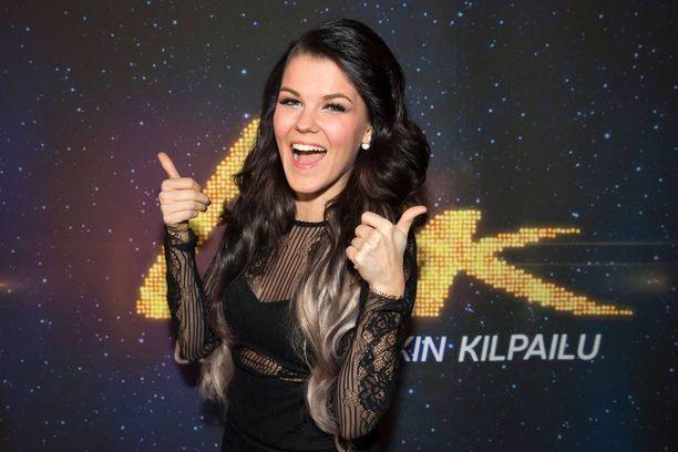 Saara Aalto esittää Iso-Britannian X-Factor-ohjelmassa Sian Chandelier-kappaleen.
