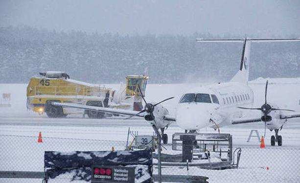 Ainakin 38 Finnairin lentoa on maanantaina peruttu.