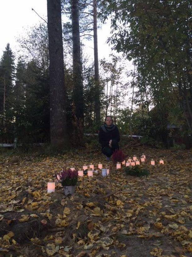 Anne Lepola lemmikkiensä haudalla omakotitalonsa pihalla Juupajoella.